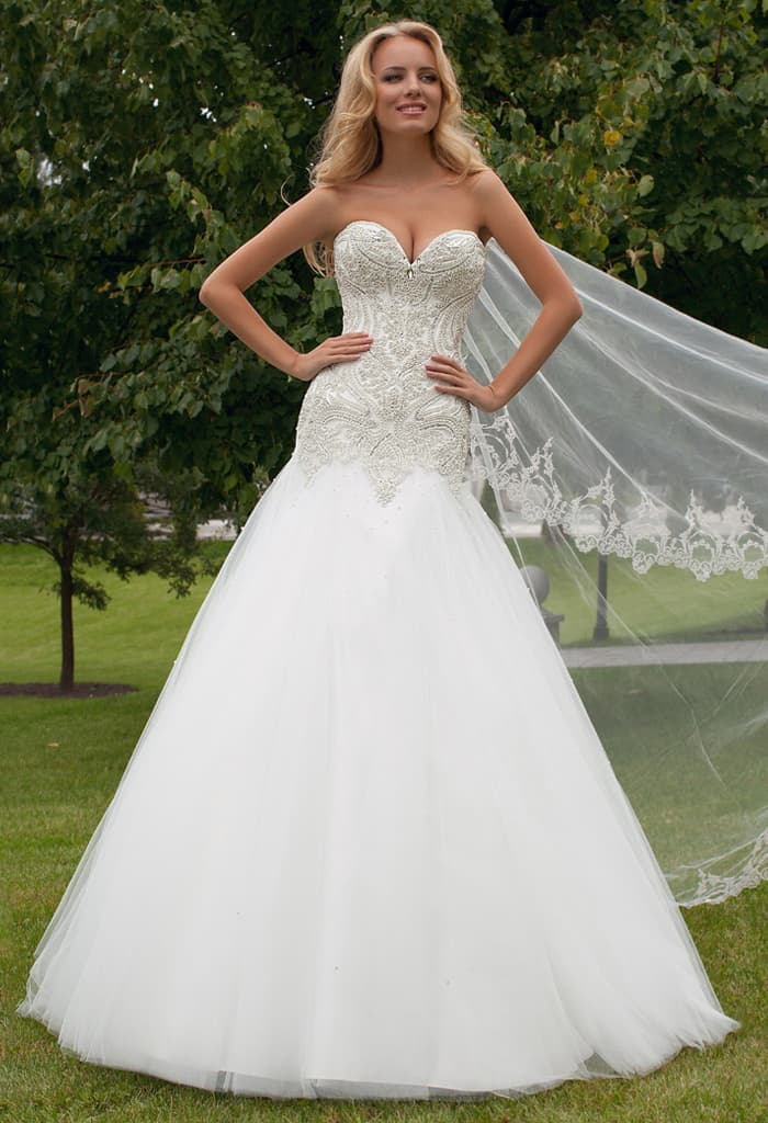 Соблазнительное свадебное платье силуэта «рыбка» с плотной вышивкой на лифе  и области талии. bba8bce62f810