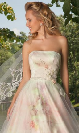 Атласное свадебное платье с цветным рисунком и полупрозрачным верхом юбки А-силуэта.