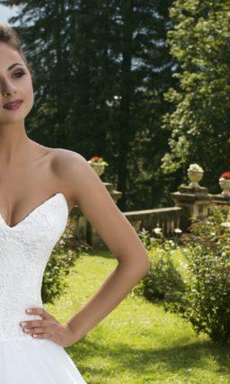 Соблазнительное свадебное платье пышного силуэта с глубоким вырезом кружевного корсета.
