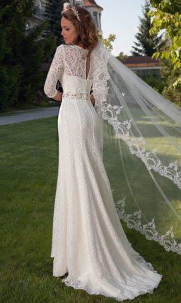 Прямое свадебное платье с облегающими кружевными рукавами и ажурной спинкой.