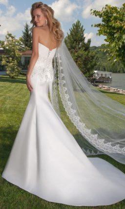 Открытое свадебное платье силуэта «рыбка» с кружевными аппликациями на корсете.