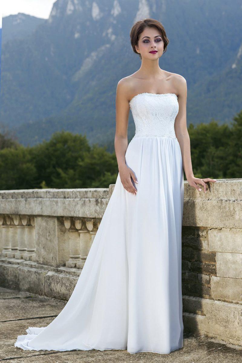 Открытое свадебное платье ампирного силуэта с легким элегантным шлейфом.