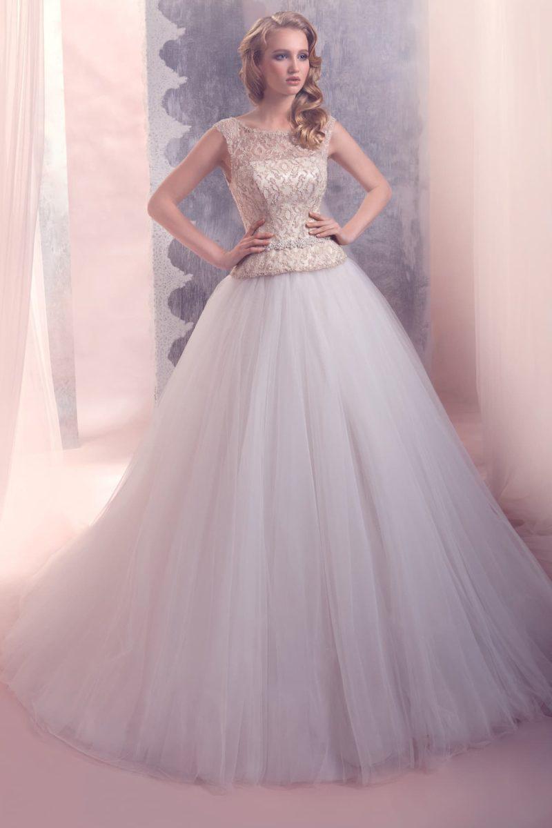 Закрытое свадебное платье с пышной многослойной юбкой и золотистым кружевом на корсете.