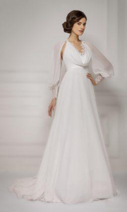 Необычное свадебное платье с прямой юбкой и широкими рукавами с ажурными манжетами.