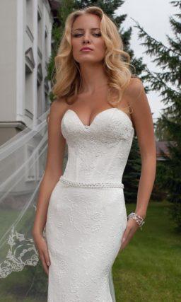 Прямое свадебное платье с чувственным декольте и роскошным пышным шлейфом сзади.