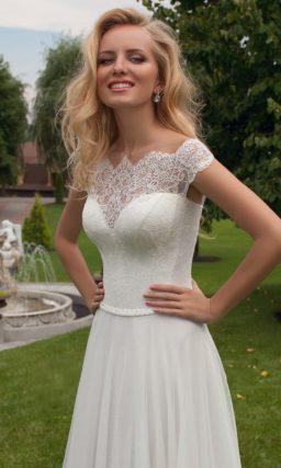 Свадебное платье прямого силуэта с ажурным верхом и вырезом на спине.