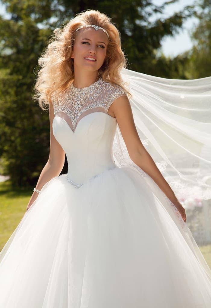 6f3ac1052efead Стильное свадебное платье пышного силуэта с вставкой над лифом, покрытой  стразами.