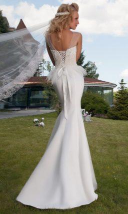 Атласное свадебное платье силуэта «рыбка» с пышным болеро и крупными бусинами вышивки на лифе.