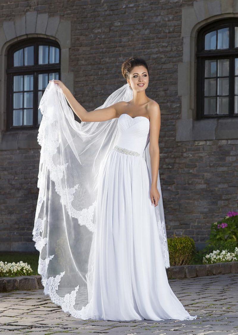 Стильное свадебное платье прямого силуэта с открытым лифом и вышивкой на поясе.