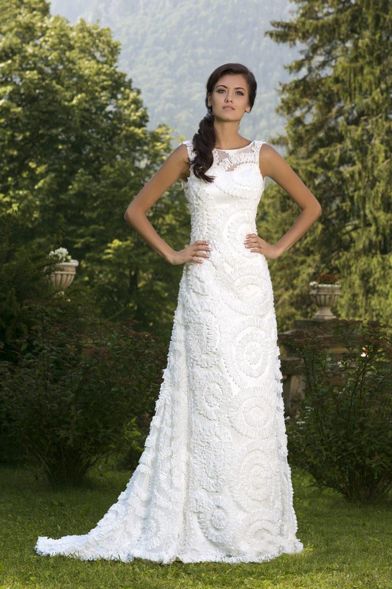 Изящное свадебное платье прямого силуэта со шлейфом и объемной отделкой тесьмой.