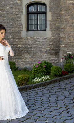 Свадебное платье «принцесса» с фигурным V-образным вырезом и длинными рукавами.