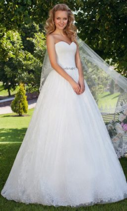 Открытое свадебное платье с лифом в форме сердечка и многослойной ажурной юбкой.