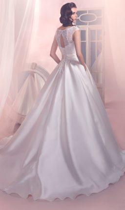 Свадебное платье с пышной атласной юбкой со шлейфом и закрытым лифом с узким поясом с бантом.