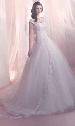 Пышное свадебное платье с вырезом на спинке и закрытым лифом с коротким рукавом.