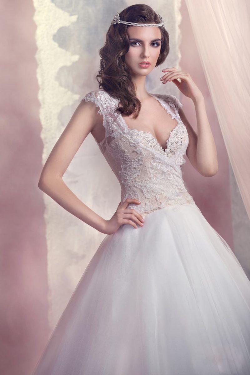 Соблазнительное свадебное платье «принцесса» с бежевым корсетом и широкими ажурными бретелями.