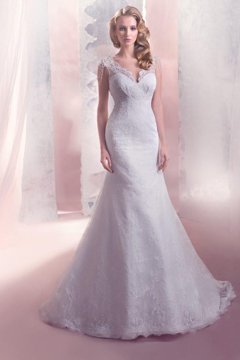 Кружевное свадебное платье с силуэтом «рыбка» и V-образным вырезом на спинке.