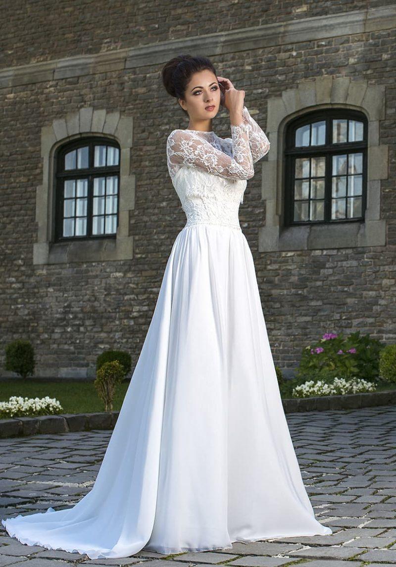 Прямое свадебное платье с кружевной отделкой области талии и закрытым верхом.