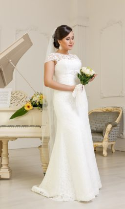 Прямое свадебное платье для полной фигуры, по всей длине покрытое плотным кружевом.