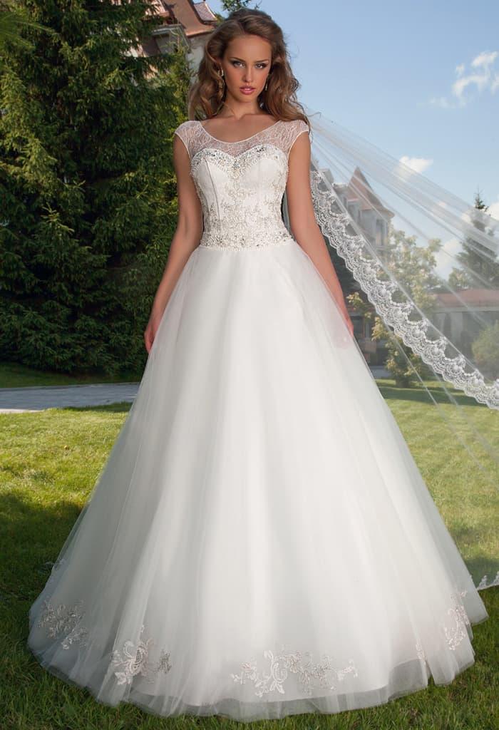 Свадебное платье силуэта «принцесса» с ажурными бретелями и вышивкой на лифе.