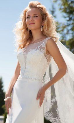 Прямое свадебное платье с глубоким декольте, оформленным тонкой тканью.