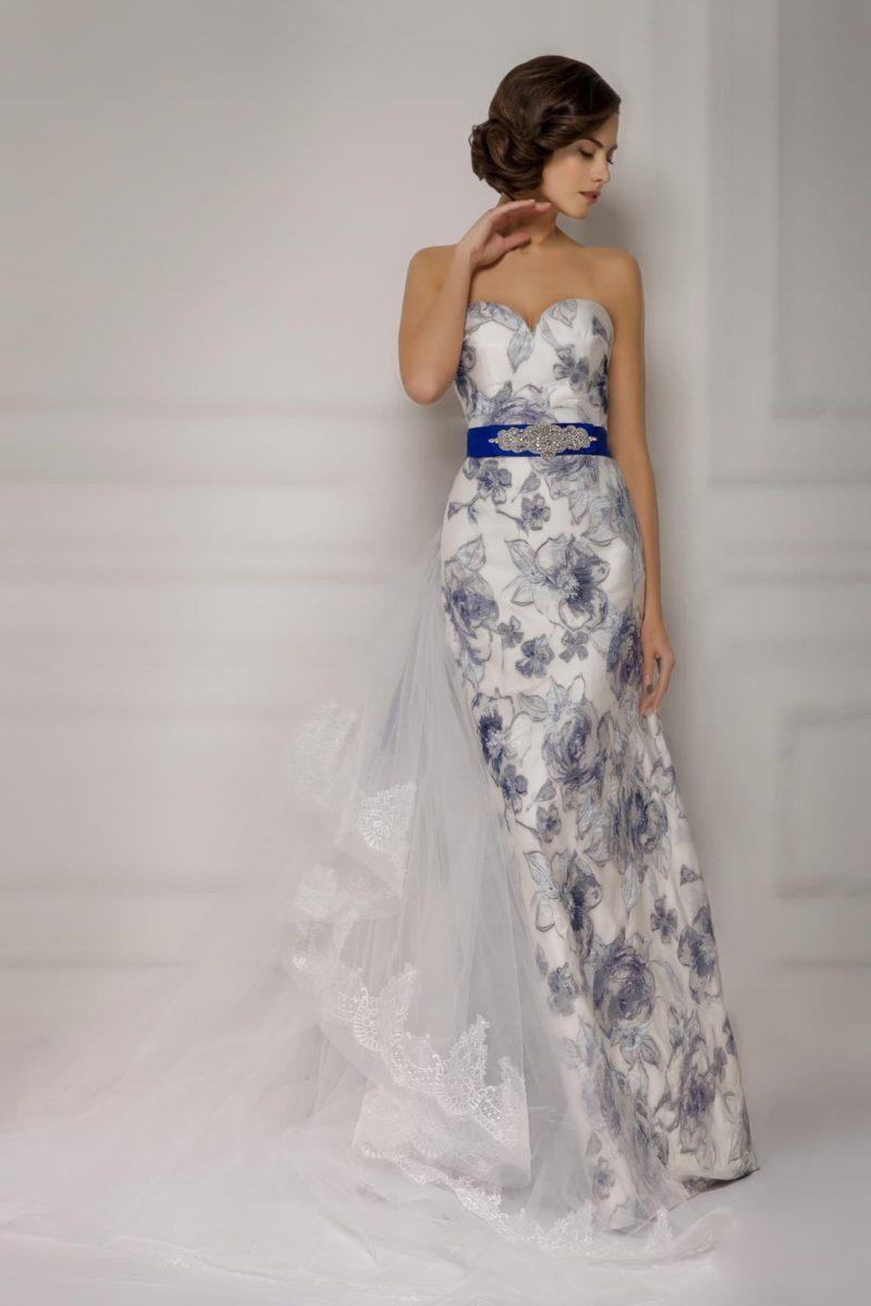 Цветное свадебное платье силуэта «колонна» с открытым лифом и широким атласным поясом.