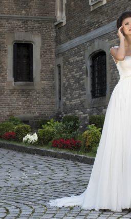 Свадебное платье в изысканном ампирном стиле с широкими полупрозрачными бретелями.