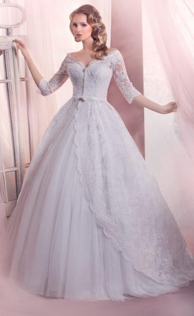 Пышное свадебное платье с изящными кружевными рукавами в три четверти и поясом.