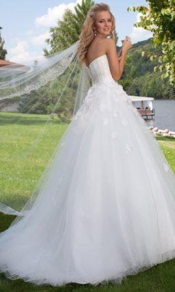 Свадебное платье А-силуэта с глубоким декольте и объемным декором по корсету.