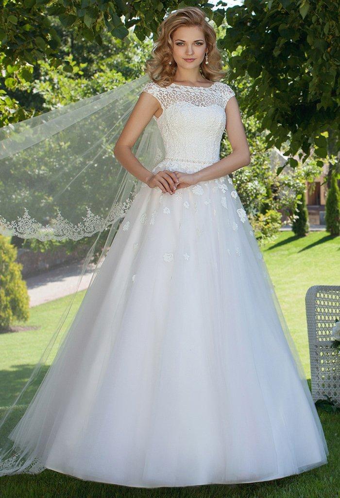 Изящное свадебное платье «принцесса» с открытой спинкой и рукавами из фактурного кружева.