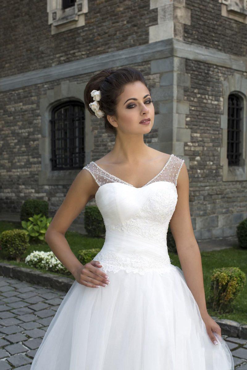 Кокетливое свадебное платье пышного силуэта с широкими прозрачными бретелями в горошек.