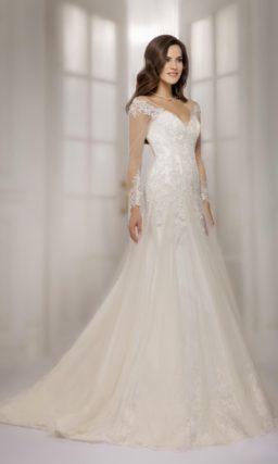 Великолепное свадебное платье с прямой юбкой со шлейфом и длинными ажурными рукавами.