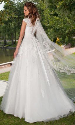 Свадебное платье с силуэтом «принцесса», фигурными кружевными бретелями и аппликациями.