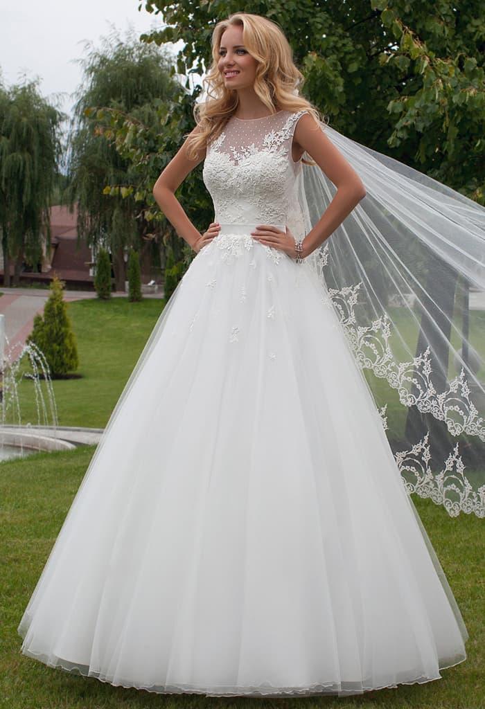 Свадебное платье А-силуэта с тонкой вставкой над лифом и узким атласным поясом.