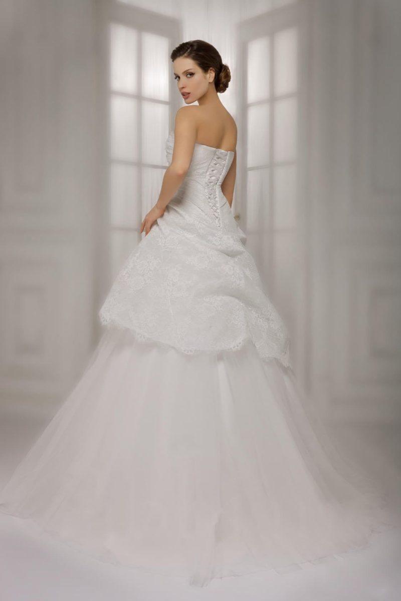 Свадебное платье с многоуровневой юбкой А-силуэта и чувственным открытым корсетом.
