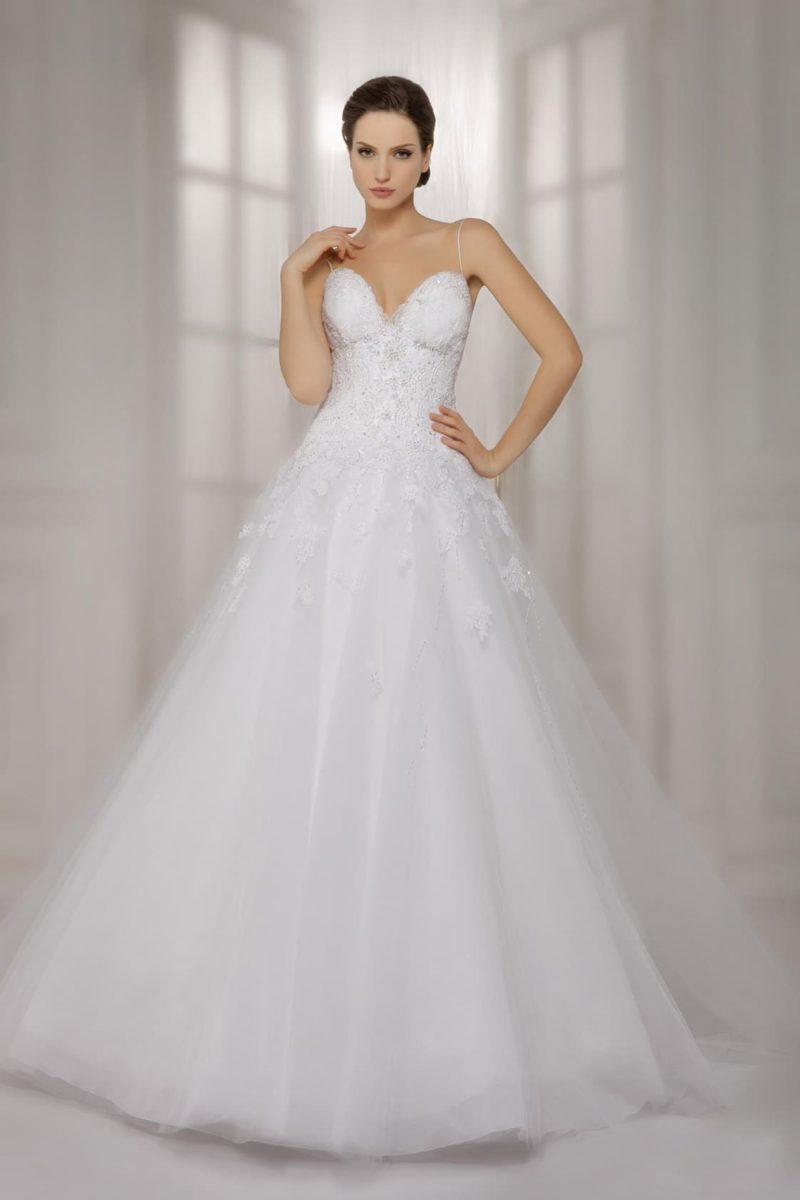Свадебное платье с глубоким вырезом в форме сердца и юбкой А-силуэта.