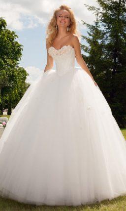 Романтичное свадебное платье с пышной многослойной юбкой и объемными бутонами на лифе.