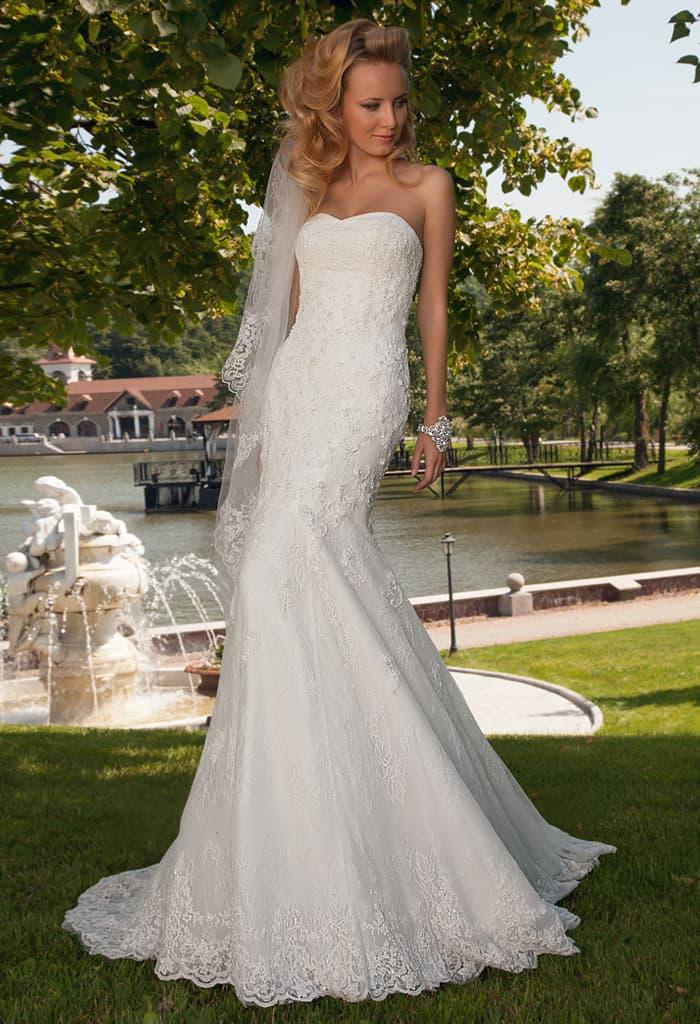 Соблазнительное свадебное платье с прямым силуэтом, открытым лифом и шлейфом сзади.