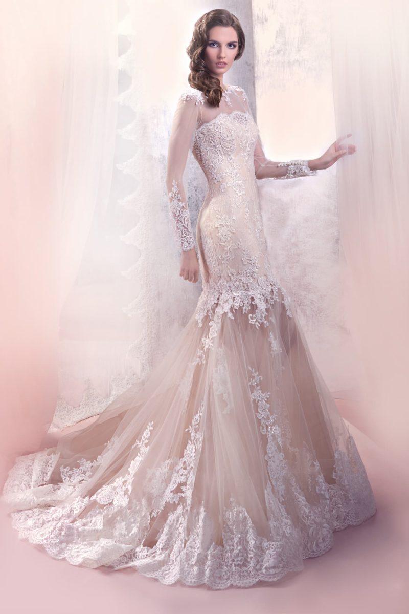 Свадебное платье «рыбка» с роскошной кружевной отделкой и длинными прозрачными рукавами.