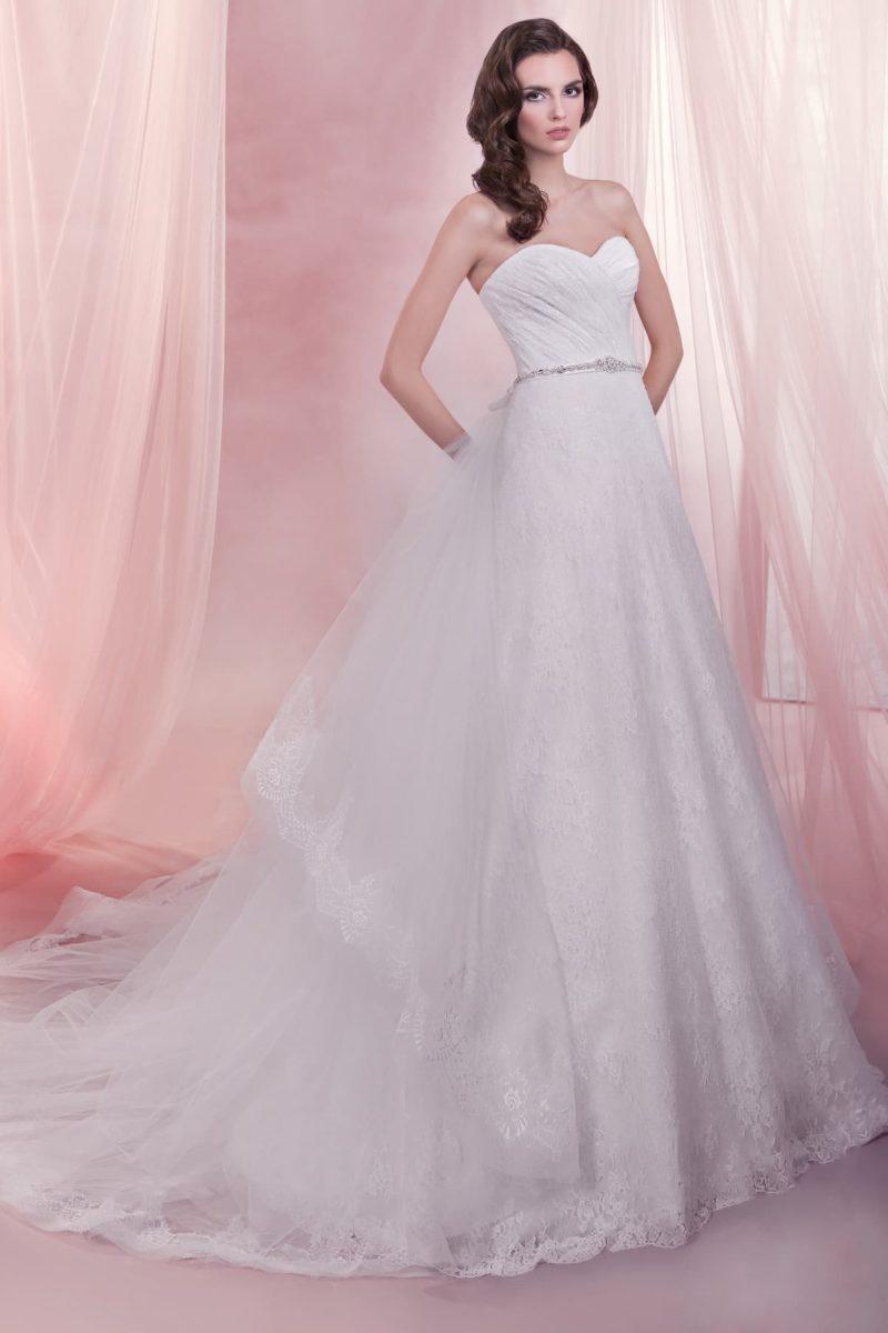 Ажурное свадебное платье с юбкой прямого силуэта со шлейфом и открытым верхом.