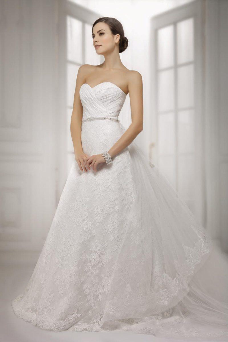Свадебное платье с кружевной юбкой А-силуэта и фактурными драпировками на корсете.