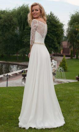 Прямое свадебное платье с поясом и широким округлым вырезом, дополненным рукавами.