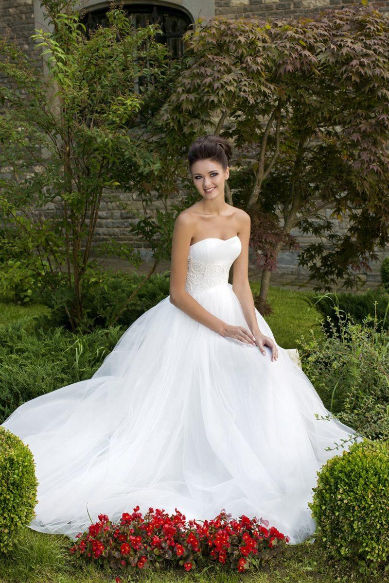 Открытое свадебное платье силуэта «принцесса» с широкой полосой кружева по области талии.
