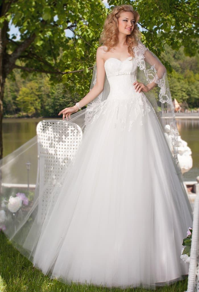 Свадебное платье с открытым лифом, очерченным поясом, и юбкой А-силуэта.