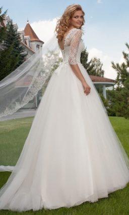 Свадебное платье «принцесса» с нежным кружевным верхом с облегающими рукавами.