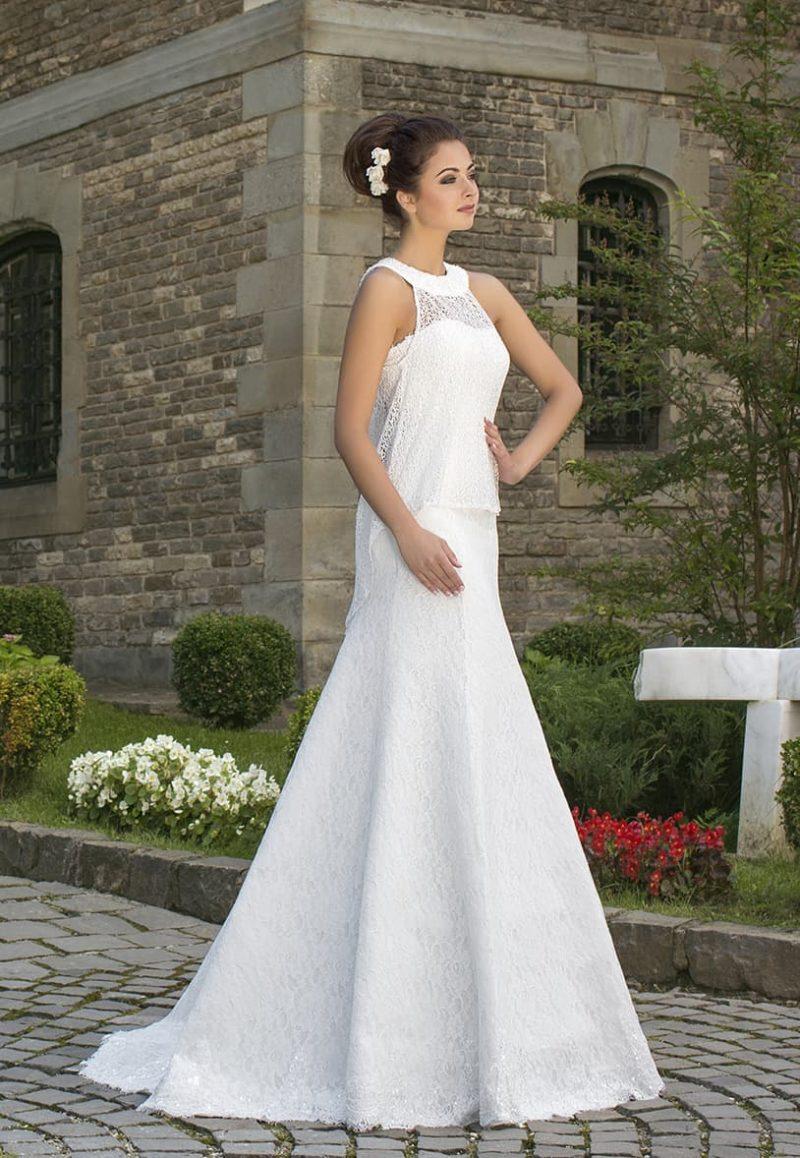 Ажурное свадебное платье прямого кроя с округлым воротником и небольшим шлейфом.