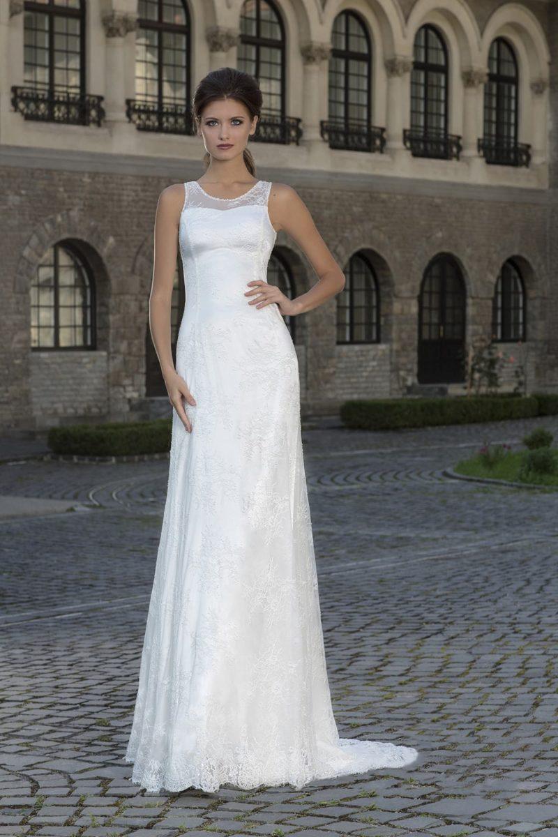 Прямое свадебное платье с небольшим шлейфом и вырезом под горло с бретелями.