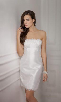 Короткое свадебное платье прямого силуэта с открытым лифом и длинным ажурным болеро.