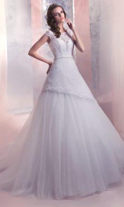 Свадебное платье с юбкой А-силуэта, украшенной кружевом, и закрытым лифом с вырезом под горло.