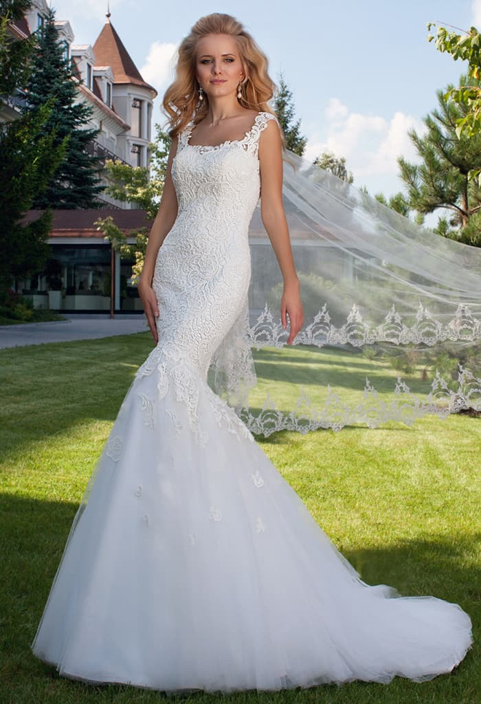 Свадебное платье силуэта «рыбка» с кружевным верхом и фигурными бретелями.