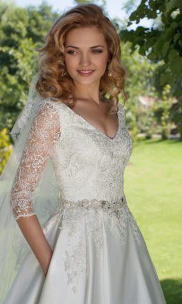 Сверкающее свадебное платье «принцесса» из атласа с плотными кружевными рукавами.